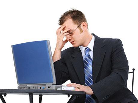 sientese-correctamente-frente-a-una-computadora
