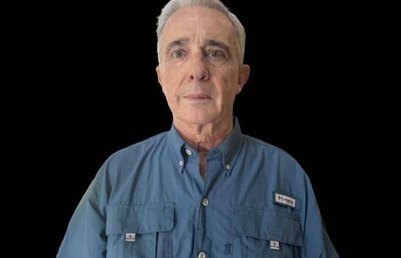 Uribe: el pirómano de twitter que dirige fusiles contra indígenas y ciudadanía de Cali